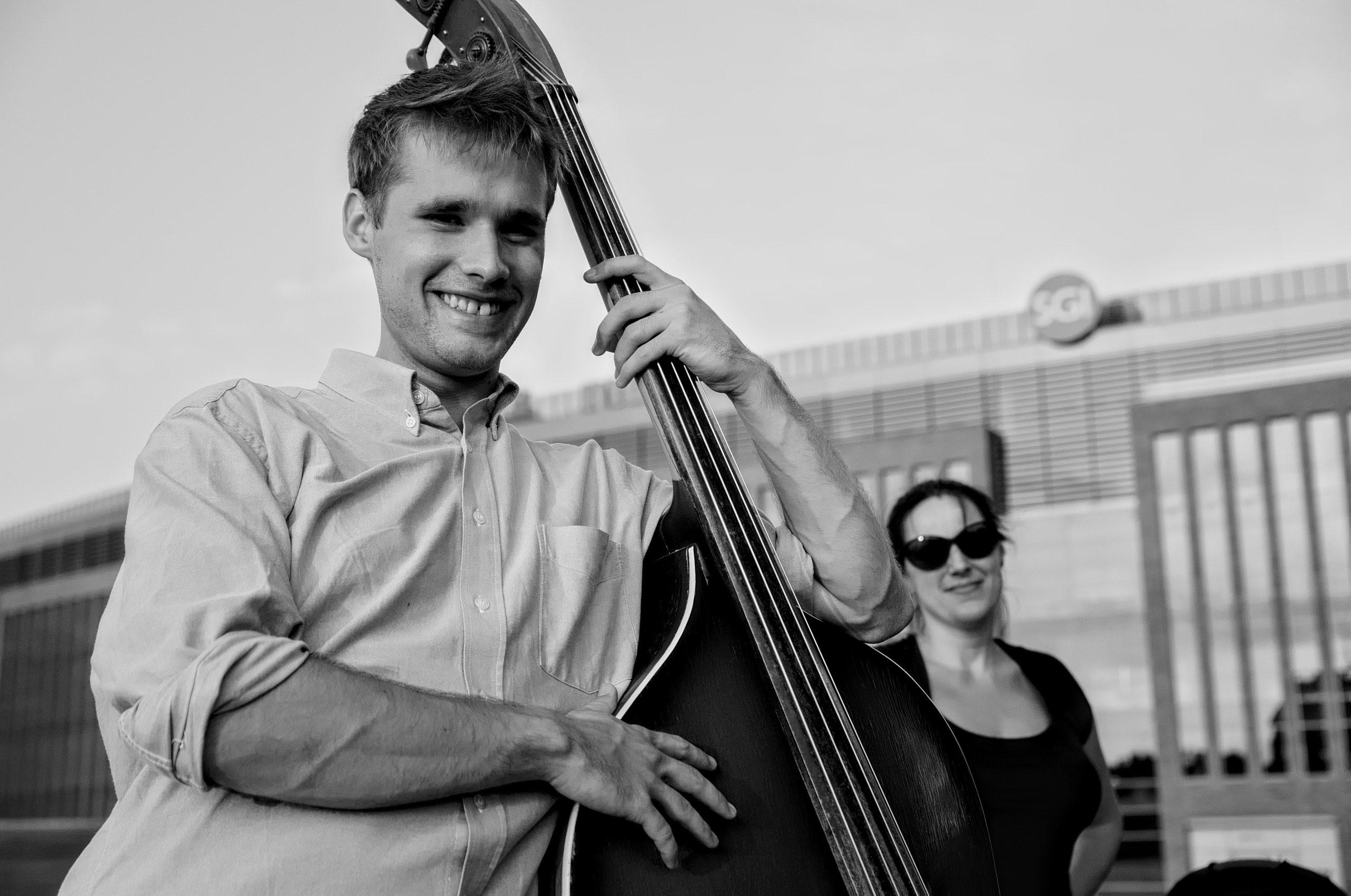 Abraham gra na kontrabasie Bulwar nad Odrą,Szczecin